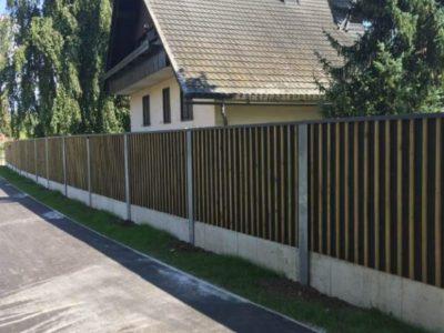 Drvena ograda protiv buke uz kucu Bled